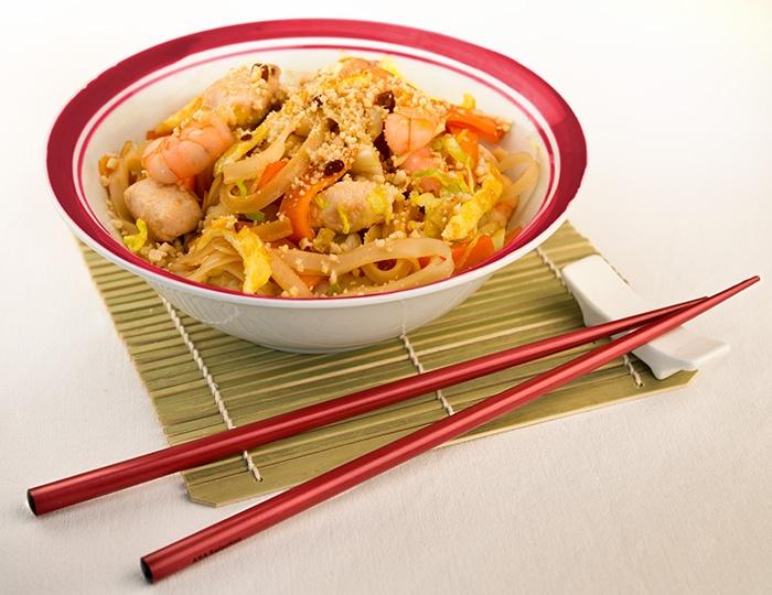 PAD THAI - Tagliatelle di farina di riso thailandesi saltate al wok in originale salsa Pad-Thai, con pollo bio, gambero e granella di arachidi