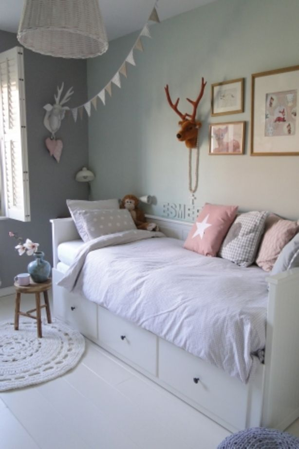 Mooie kleuren voor meisjeskamer. Letters van de naam naast het bed