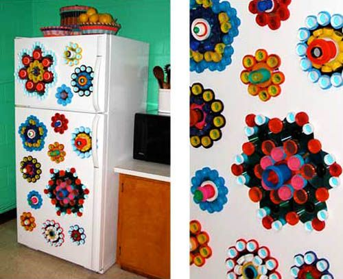 The technique for making wonderful decorations to recycle bottle caps and small plastic containers is extremely simple. Paint, plastic bottle caps, small screws or glue gun are all you need to turn an ordinary piece of plywood or thick cardboard into a masterpiece.
