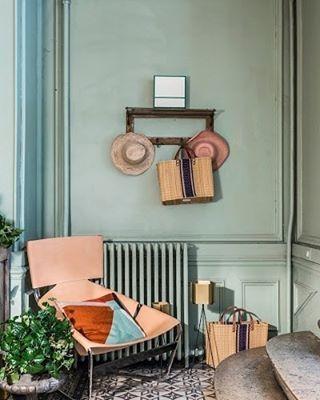 Un fauteuil Pierre Paulin rosé, des murs vert d'eau, des sacs de paille rayé. #LaMaisondeVacances de #MyLittleParis