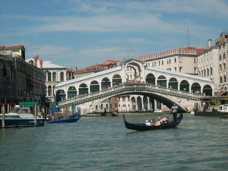 Eines der beliebtesten Reiseziele in Europa - Venedig! Ein Reiseblogger berichtet über seine Erfahrungen und gibt Tipps #travel #travelblogger #traveller #traveltips #reisen #venice #italien #rialtobrücke #canalgrande #italy