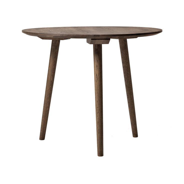 In Between bord SK3 från &Tradition, formgiven av Sami Kallio. Ett runt bord i rökt oljad ek med en ...