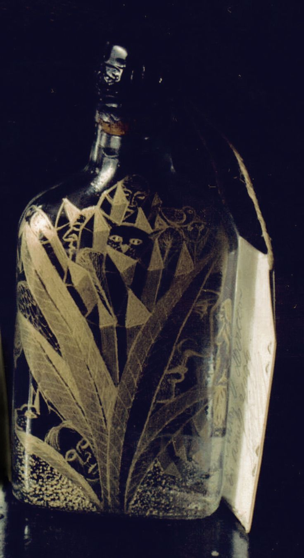 Sticla gravata umpluta cu horinca de mere, facuta de Nechita Valer, din Peteritea,109, Maramures.