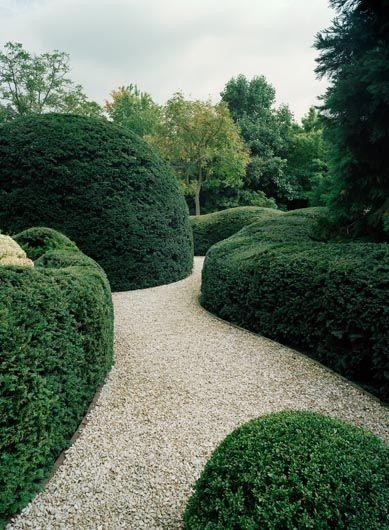(Villa Libeert) La combinación de áridos y parterres son una solución perfecta para jardines de bajo mantenimiento. Visita nuestra web lleidatanamediambient.com