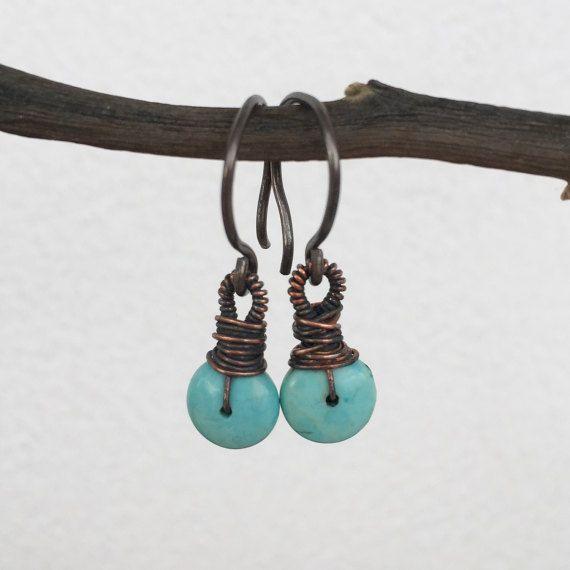 Kleine dangle oorbellen met patinaed koperen aqua stenen