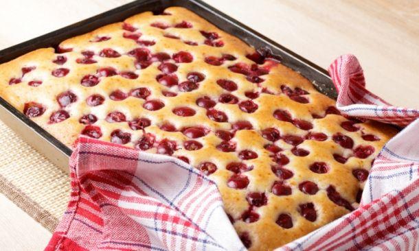 Το Κέικ με κεράσια μπορούμε επίσης να το φτιάξουμε με εκτός από κεράσια με…