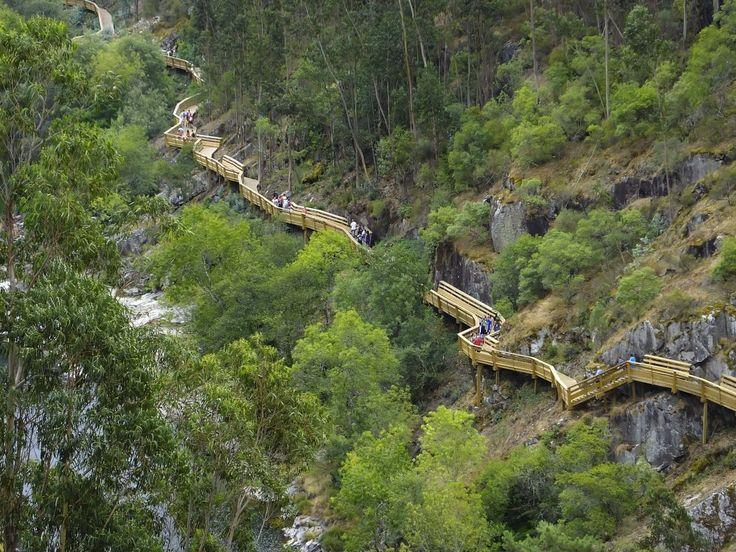 Estão a fazer furor e atraem milhares de visitantes. No concelho de Arouca, percorra o trajecto dos Passadiços do Paiva e deslumbre-se com a Natureza.