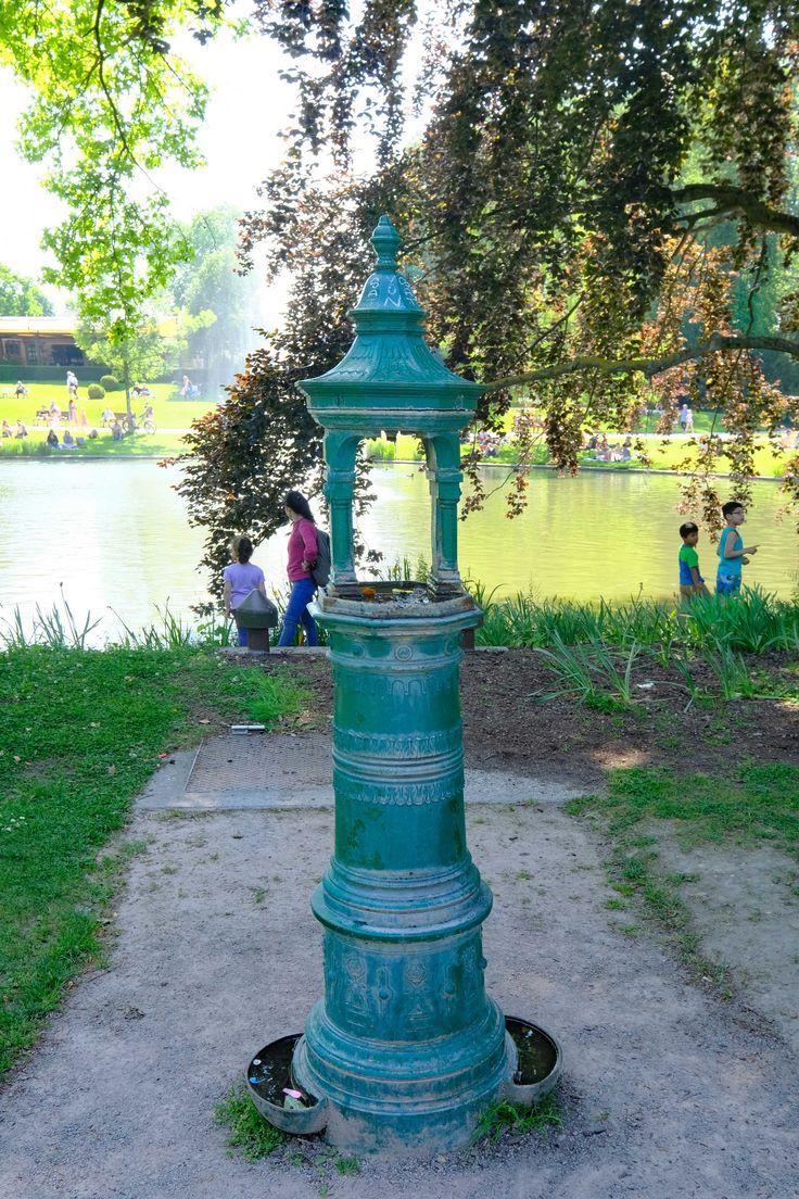 Alter Trinkbrunnen im Park der Orangerie in Straßburg