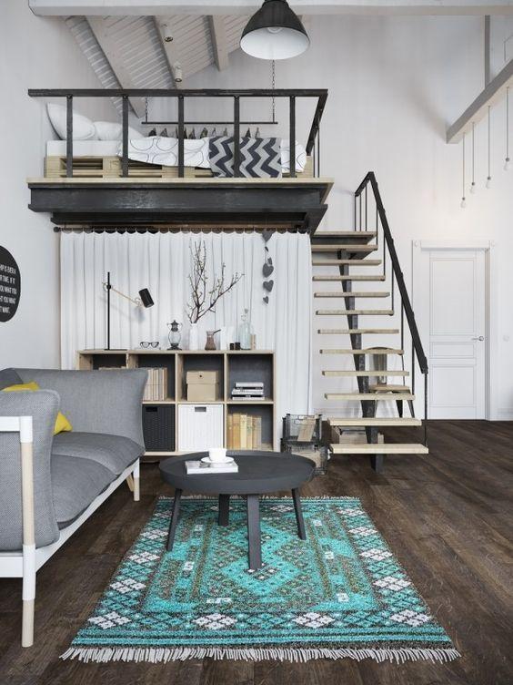 loftsäng med modern trappa och praktisk lösning med draperi under.