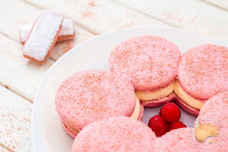 Macaron rémois : Macaron géant aux biscuits rose, mousse de champagne et cœur coulant à la framboise.
