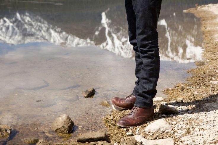 коричневые ботинки с черными джинсами