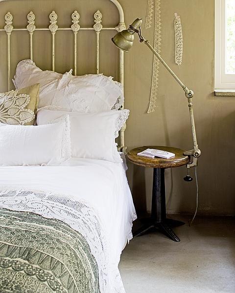 Slaapkamer, metalen bed