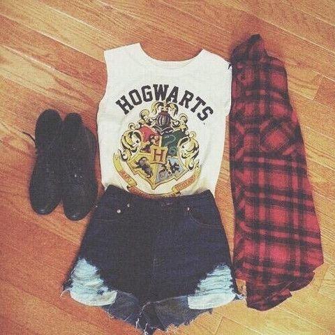 Quiero llevar esta ropa. Para mí, los cortos son un poco demasiado corto, pero me gusta la otra ropa. La camiseta sin mangas es muy bonita.
