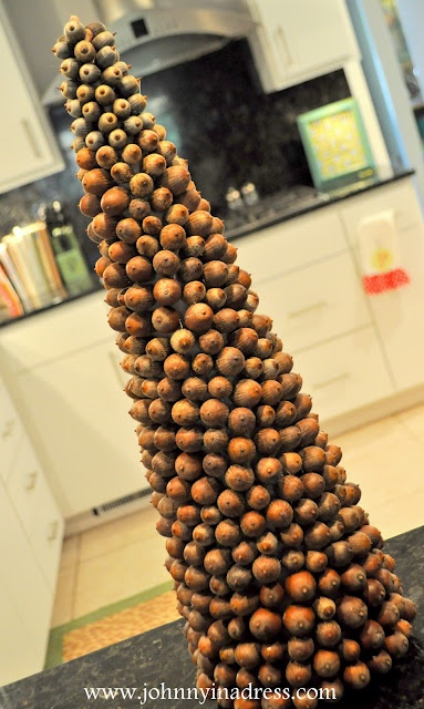 make a cute acorn tree - I like the one on this site better though: http://aubreyandlindsay.blogspot.com/2010/11/acorn-christmas-tree.html#: Acorn Trees, Crafts Ideas, Acorn Ideas, Cones Trees, Christmas Decor, Acorn Crafts, Acorn Christmas, Christmas Trees, Christmas Wint Ideas