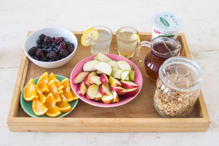 Granola & fruit brunch Vers fruit, knapperige zoete granola, frisse soyayoghurt en warme thee.Zo wil ik al mijn dagen starten!  Bosbessen, braambessen, appel, peer, appelsien, bio frambozen thee, lauw detox citroenwater, suikervrije bio soya yoghurt, huisgemaakte kokos granola