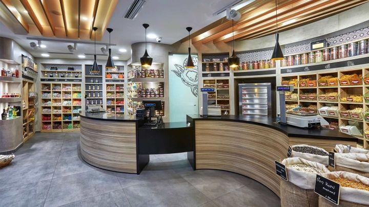 Дизайн магазина сладостей. Расположенная в центре магазина касса создает идеальную атмосферу работы