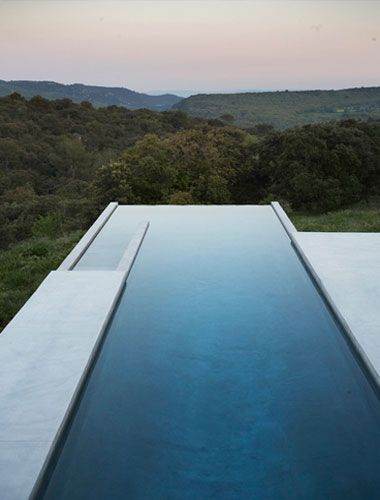 Studio KO - G House - Bonnieux - ©Dan Glaser > Swimming pool looking toward the Luberon Natural Reserve