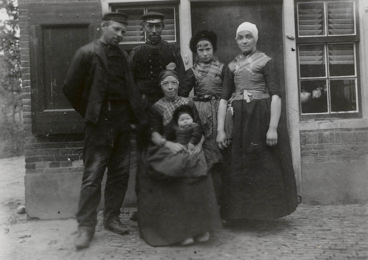 Familie in streekdracht Hierden 1913 #Gelderland #Veluwe #oudedracht #Harderwijk