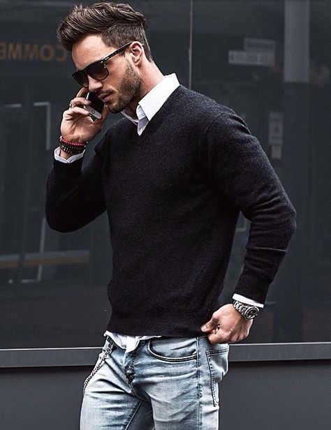 白シャツ×黒Vネックセーター×ジーンズ