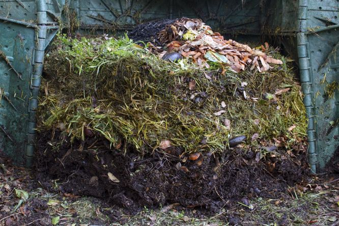 Komposzt gödör hozzávalók újrahasznosítás: lekváros szalvéta is mehet a komposztba