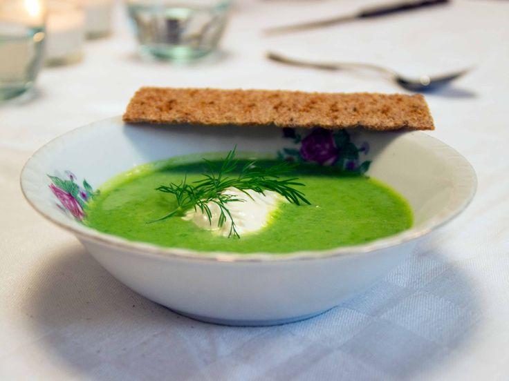 Grön ärtsoppa toppad med pepparrotskräm | Recept från Köket.se