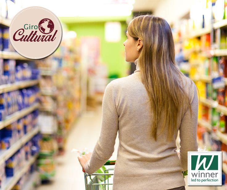 """Se você já estiver em um supermercado, os empacotadores sempre perguntam """"plastic or paper"""" quando querem saber se você prefere sacolas plásticas ou de papel. Não tem nada a ver com pagamento em cartão (""""plastic"""") ou em dinheiro (""""paper""""). Olho vivo nas diferenças culturais!"""