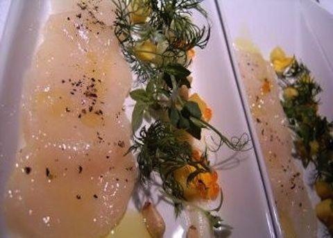 Il carpaccio di salmone all'erba cipollina si prepara lavando il salmone e tagliandolo a fette molto sottili, verrà poi bagnato da una marinata a bas...