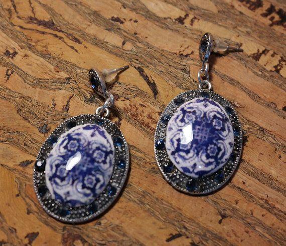 Pendientes colgantes ovalados con réplica de por LasJoyitasDeMarie, $26.00