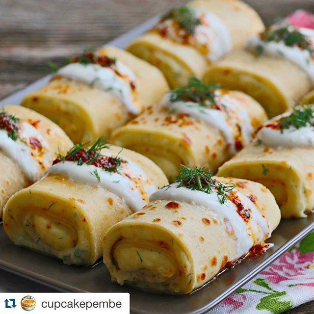 #Repost @cupcakepembe with @repostapp. ・・・ Patatesli ve labneli krep ruloları. Üzerini bol sarımsaklı yoğurt ile kaplayın sonra tereyağ ile ımmm mantı yoyormuş gibi oluyor inanın ister kahvaltı için ister akşam yemeği için yapın ama mutlaka bu lezzeti yapıp tadın derim. Tarife profilimdeki mavi yazıdan ulaşabilirsiniz. #krep #kahvalti #yumyum #yemekrium #lezzetlerim #mutfakgram #food #yemek #lezzetli_tariflerle #lezzet #hayatburada #sunumduragi #en_iyileri_kesfet #sahanelezzetler #sunum…