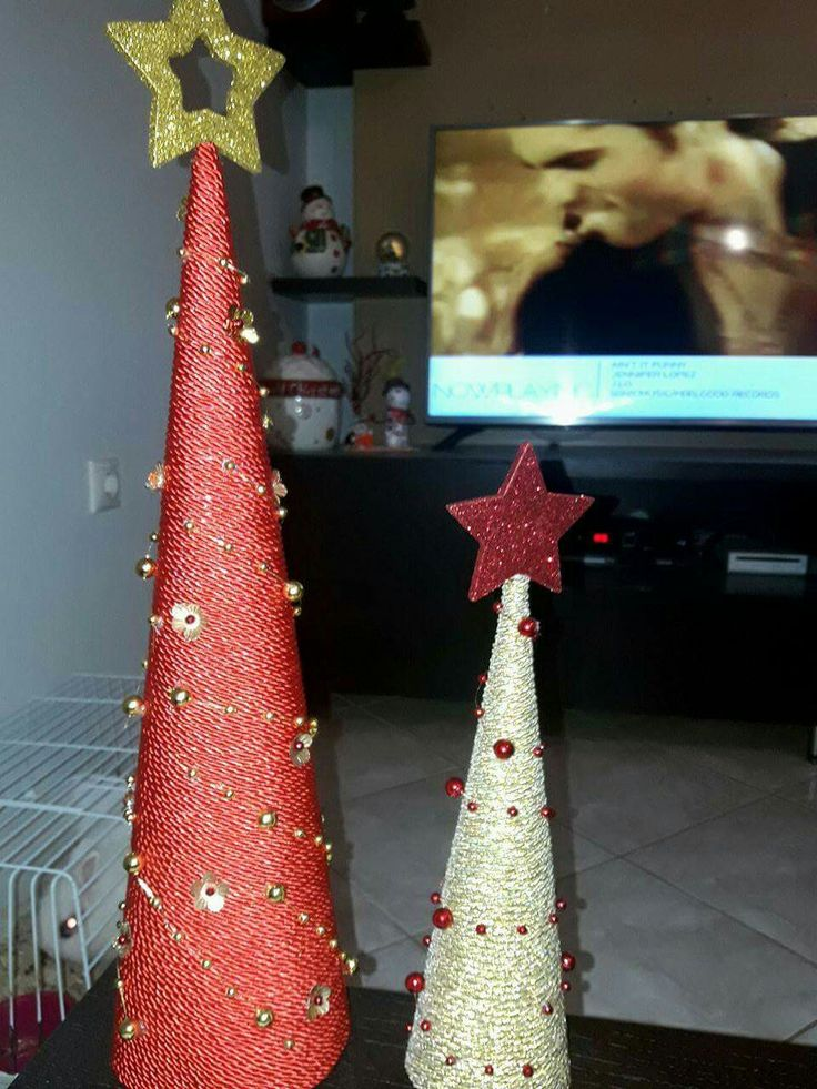 DIY. Mini Christmas tree with red and gold string.