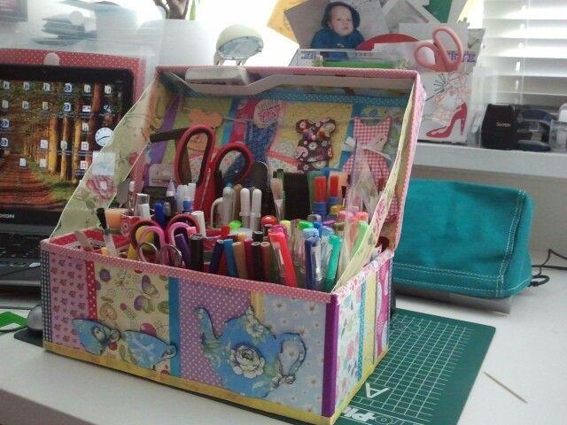 opslagplaats voor al mijn pennen, scharen en tools. zelf gemaakt van een schoenendoos en closetrollen.