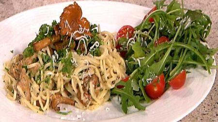 """Til 4 personer:    2 pk. fersk pasta, gjerne tynn spagetti (500 g til sammen)  1 liter (300 g) renset kantarell  1 finhakket sjalottløk  2.5 dl matfløte  1 ss dijon- eller annen skarp sennep  En god bunt krus- eller fransk persille  Ost, gjerne parmesan, til å rive over  salt og pepper    Begynn med den lekre kantarellen. Ha den i en panne med litt smør og la den """"svette"""" noen minutter. Sopp avgir mye fuktighet, men fin kantarell er av de tørrere.    Ha oppi løken og la den steke med til den…"""