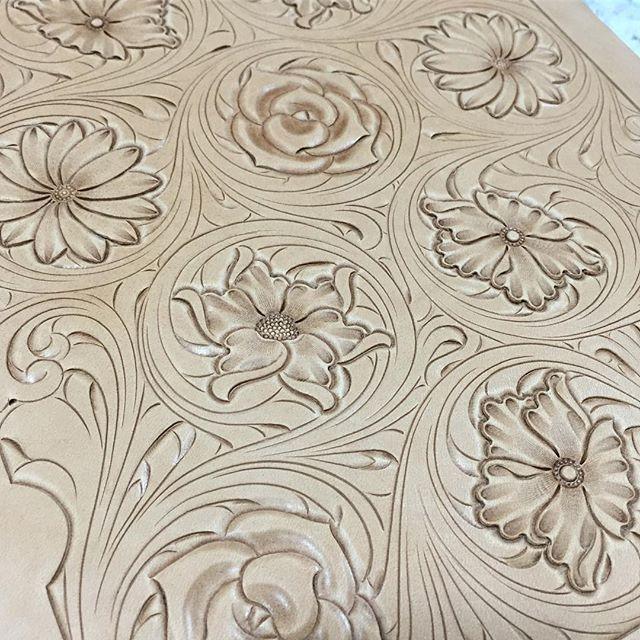 #floralcarving #leathercraft #leathergoods #leatherwork #leathercarving…