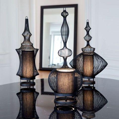 IMPERATRICE - LAMPE DE TABLE - FORESTIER Lampe composée d'une structure en fil de fer noir. Délicate et raffinée, cette lampe en fil de fer est l'emblème de la marque Forestier. Intemporelle, elle s'intègre avec élégance dans les intérieurs