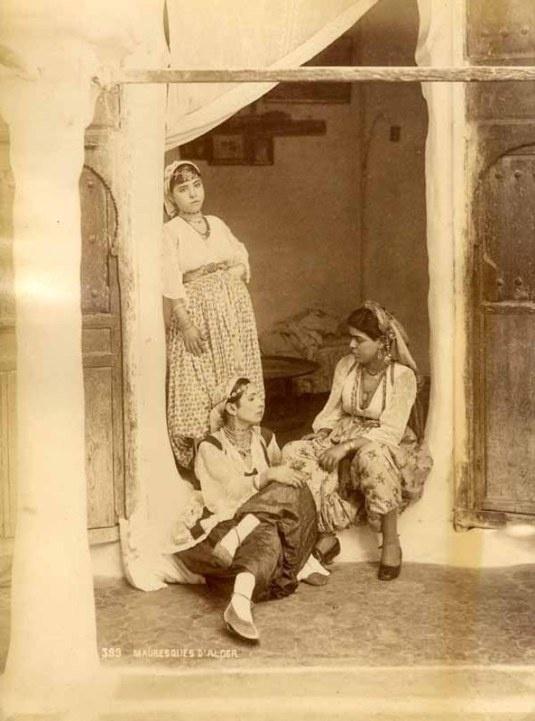 "Mauresque d'Algerie (19e) /  Moresque of Algeria (19th) :  : Les Maures, ou anciennement Mores, sont originellement des populations Amazighs peuplant la partie ouest du Maghreb. Le terme a ensuite été utilisé en Europe pour désigner les Musulmans du Maghreb qu'ils soient d'origine arabe ou amazigh. / The term ""Moors"" has been used in Europe in a broader sense to refer to Muslims, especially those of Arab or Berber descent, whether living in Spain or North Africa"