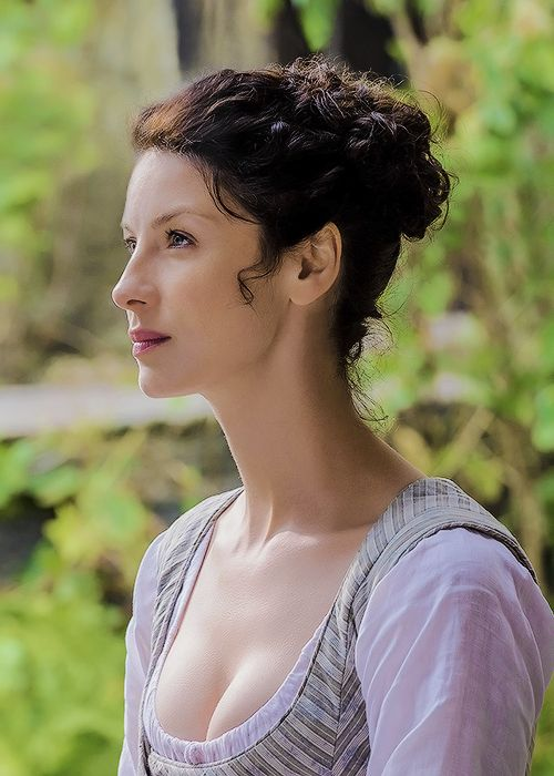"outlandersource: ""Claire Fraser - The Watch (1.13)"" ¡Preciosa!"