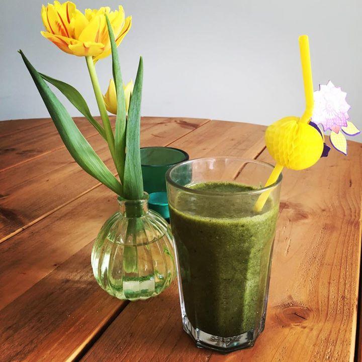 De ontembare lente shake! De lekkerste en gezondste shake ever met inspiratie van @pzzls Ingrdienten: 1/2 avocado en een flinke hand spinazie, 1 banaan en 1 groene appel, 2 takjes munt, flinke snuf kaneel en een grote eetlepel chia zaad, wat water om minder dik te maken #AHlente