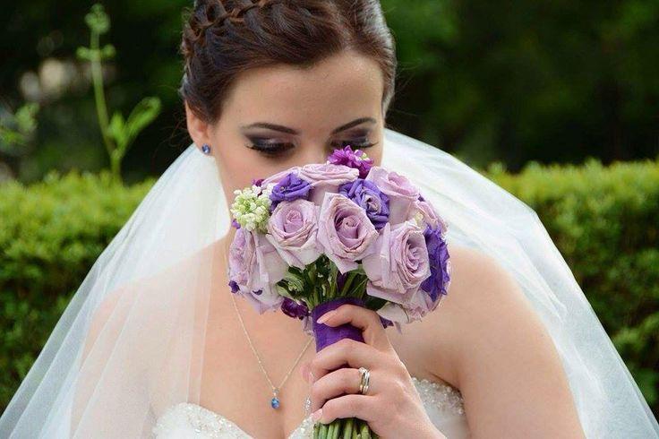 Ioana, o frumoasa mireasa intr-o rochie by MARGO Concept, in stil Princess, realizată din tulle fin, decorată cu mărgele Swarovski si Cristale Swarovski Heliotrope. Multumim Ioana pentru fotografie!