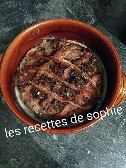 La meilleure recette de PÂTÉ DE SANGLIER! L'essayer, c'est l'adopter! 5.0/5 (2 votes), 4 Commentaires. Ingrédients: 500 g de viande maigre de sanglier  500 g de poitrine de porc  2 échalotes  1 gousse d'ail  1 œuf  2 cuillères à soupe de calvados  2 feuilles de laurier, 1 branche de thym  4 g de poivre  12 g de sel  1/4 de cuillère à café de 4 épices  ½ c à c mélange origan basilic romarin