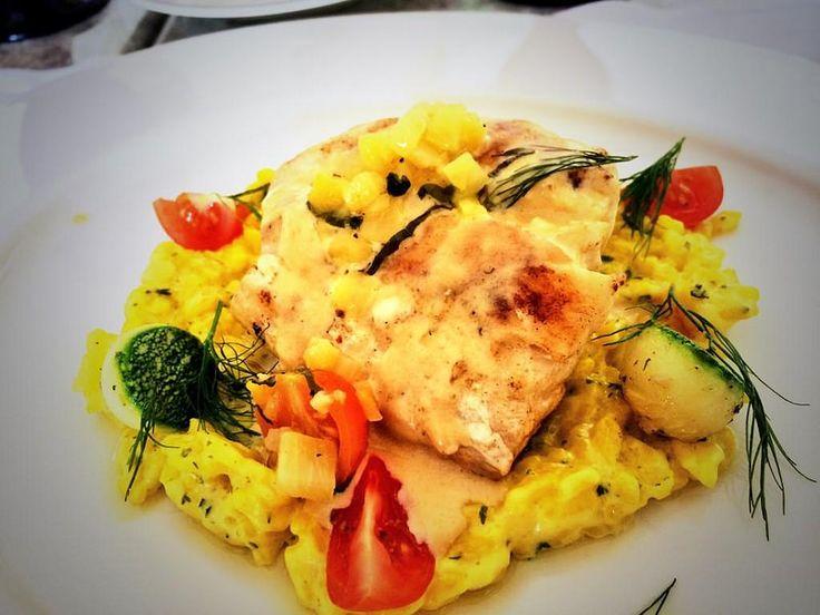 Добро пожаловать в рестораны отеля Гранд Велас Ривьера-Майя!  Вот так выглядит основное блюда обеда или ужина: морской окунь с ризотто из креветок, посыпанный сухим шафраном, под соусом из мидий. Приятного аппетита! http://rivieramaya.grandvelas.com/russian/