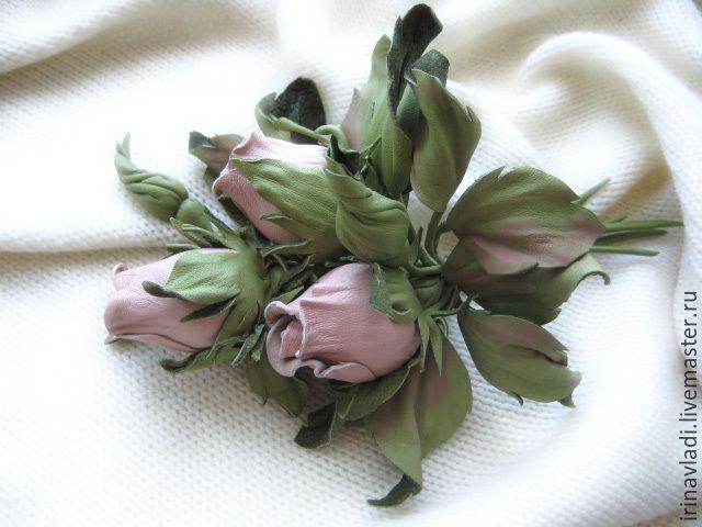 Купить или заказать Цветы из кожи. Украшение брошь заколка РОЗОВЫЕ БУТОНЫ . в интернет-магазине на Ярмарке Мастеров. Изящная бутоньерка из натуральной кожи -розовые бутоны роз и травка из павлиньих перьев, как брошь на пальто, курточку, пиджак, сумочку или заколка для волос. Возможен любой цвет- красный, белый, черный, коричневый, розовый, синий, зеленый,сиреневый, фиолетовый,голубой,желтый, оранжевый; размер, вариант крепления (брошь, заколка для волос, ободок для волос,броши для обуви…