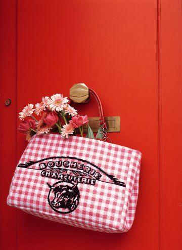 Un cabas avec motif d'emballage de boucherie en tapisserie rose vichy