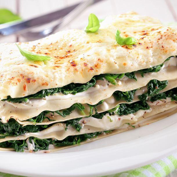 Lasagnes épinards à la béchamel, chèvre et lardons