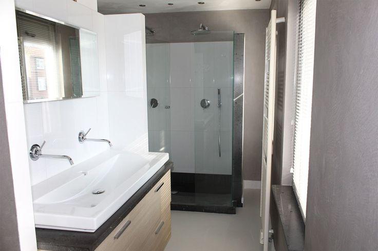 Gietvloer & Microcement badkamer Gorinchem In deze hoekwoning in Gorinchem brachten wij zowel de gietvloer als het microcement op de wanden aan.