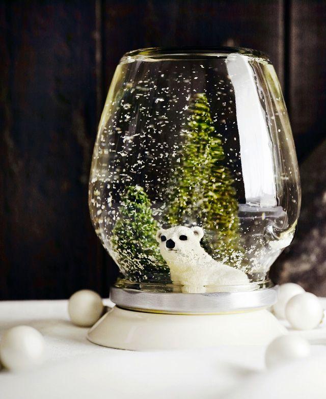 Kotivinkin ohjeella teet purkkiin kauniin lumisadepallon. Katso ohje ja askartele helppo joulukoriste vanhaan lasipurkkiin.