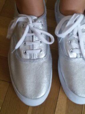 Zapatillas nuevas sin etiqueta de H&M, son plateadas con la suela de plataforma blanca.