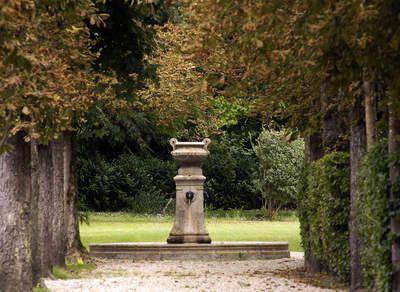 Tuinposter van Doorkijk naar een waterspuwer