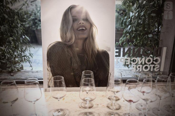 Dalla fotografia analogica a quella digitale, dalle polaroid ai provini a contatto, Stefania Paparelli ci accompagna in un viaggio, tutto al femminile, fatto di sogni dai colori pastello e profumi mediterranei.  Donne Concept Gallery  @stefaniapaparelli