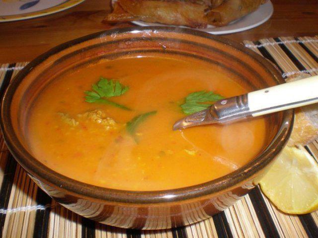 Das perfekte Tunesische Gerstensuppe-Rezept mit Bild und einfacher Schritt-für-Schritt-Anleitung: Etwas Olivenöl in einem Topf erhitzen, das Fleisch und…