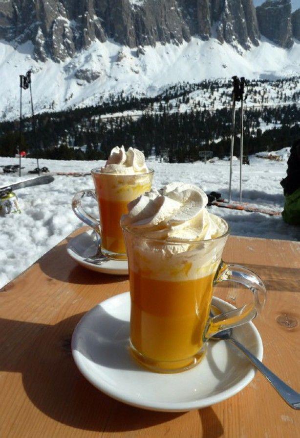 Een echt Italiaans winters drankje!  'Heiße Oma', een drankje dat hoog op de piste een grote hit is. Gemaakt van advocaat, warme melk en slagroom. Salute!